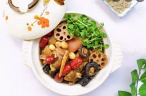 Món chân giò hầm củ sen và hạt sen rất tốt cho sức khỏe