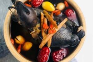 Món gà hầm thuốc bắc quen thuộc thơm nức với mùi thuốc bắc hấp dẫn